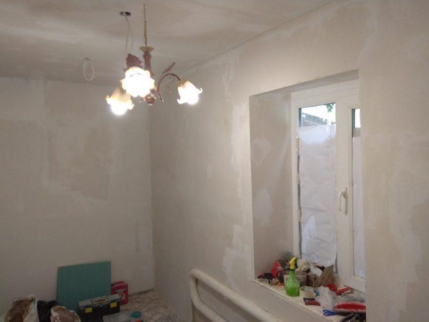 Потратив на это практически неделю, мужчине все-таки удалось выровнять стены и нанести на них финишное покрытие.