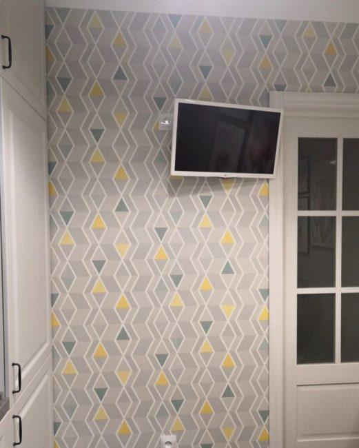 Не обошлось и без телевизора. Небольшая плазма диагональю 22 дюйма отлично смотрится на стене.