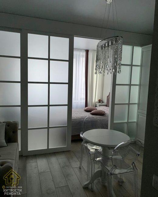 Раздвижные двери со стеклом отлично вписываются в интерьер и не перегружают его. Они стали своеобразной изюминкой.