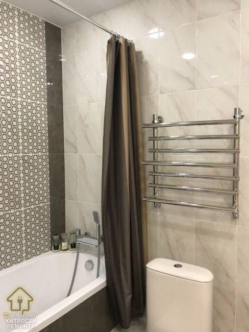 Ванная комната выполнена в спокойных бежевых оттенках. Вместо душевой кабины поставили ванну с плотной шторкой.