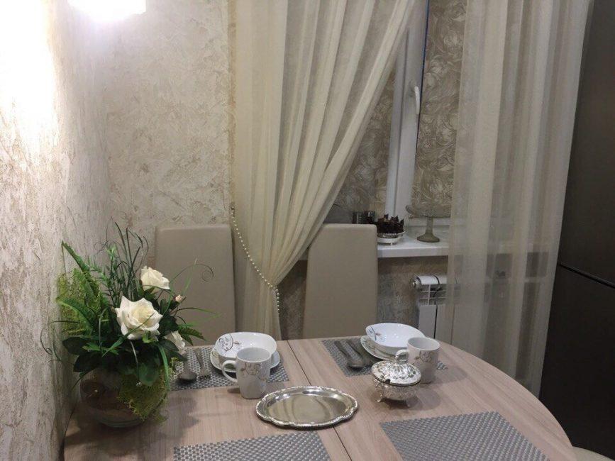 При желании, стол легко можно разложить. Тогда за ним свободно хватит места четверым. Кухня получилась очень светлой и уютной.