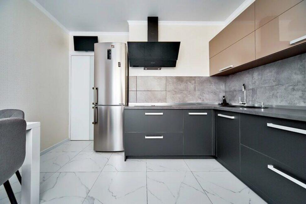 Кухонный гарнитур выполнен в двух цветах: черном и кофейном. В дизайне прослеживаются четкие и лаконичные линии, присущие стилю модерн.