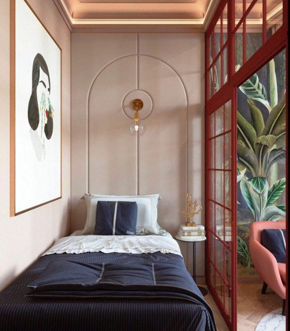 Так как хозяйка квартиры проживает одна, то ей вполне хватило полуторной кровати.