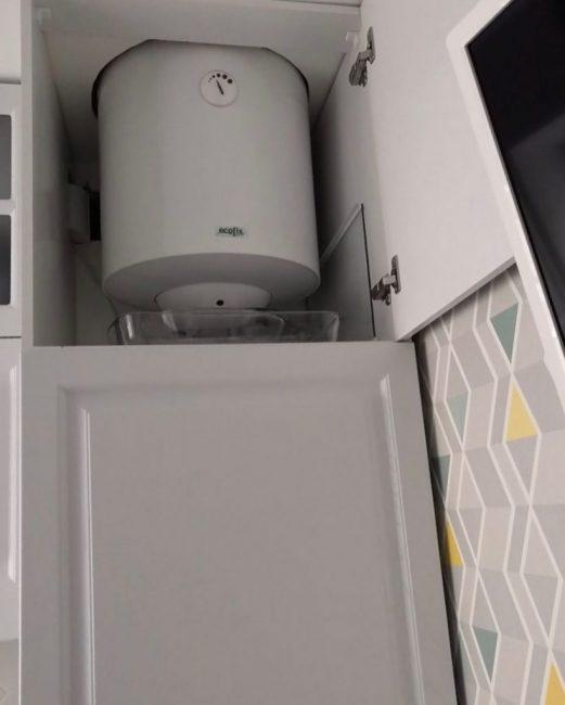 В шкафу спрятали бойлер на 50 литров. Теперь в квартире всегда есть горячая вода.