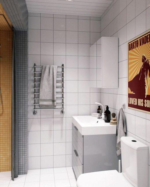 Ванную комнаты выложили белым кафелем квадратной формы. Потолок из пластика со встроенными точечными светильниками.