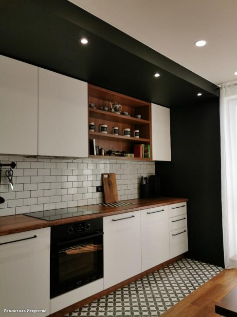 Кухня выполнена в контрастных оттенках. На потолке точечные светильники. Пара выбрала индукционную варочную поверхность.