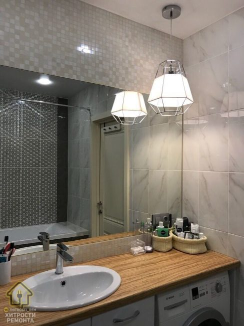 Повесили яркий светильник, похожий по дизайну на те, которые находятся в спальной зоне. Столешница такого же цвета, как и в кухне.