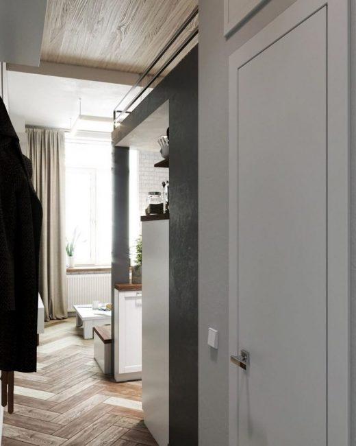 Вход в ванную комнату находится в коридоре.