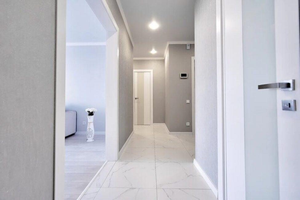 В кабинет двери не поставили, а оставили просто нишу в стене. В качестве освещения использовали точеные потолочные светильники.