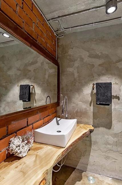 Обычное зеркало показалось хозяину скучным. Поэтому для этих целей отломили дверцу от старого шифоньера и повесили в ванной комнате.