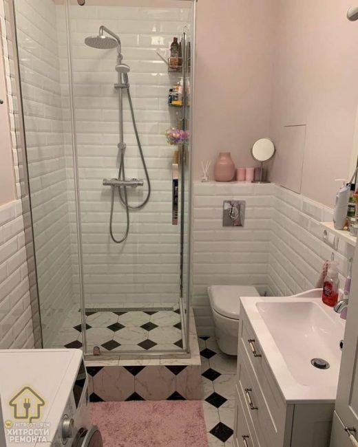 Ванная комната для истинных принцесс должна быть только в нежном розовом цвете. Санузел совмещенный, для экономии места установили душевую кабинку.