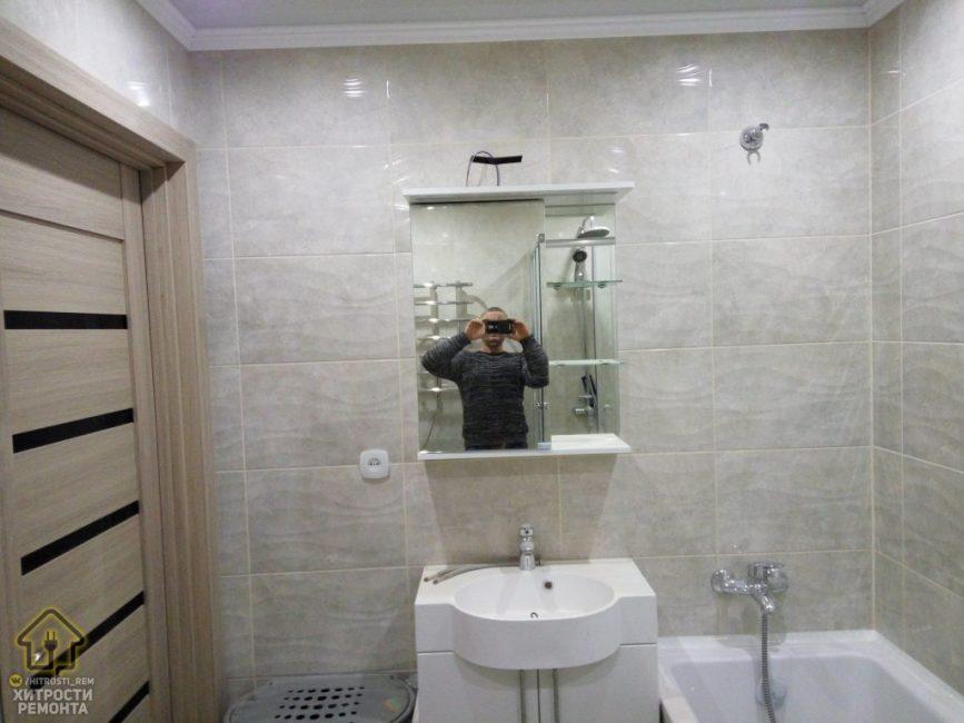 Также в ванной комнате установили полотенцесушитель и поставили вместительную корзину для белья. Да, возможно интерьер и не самый стильный, но зато он не приестся за долгие годы и не надоест.