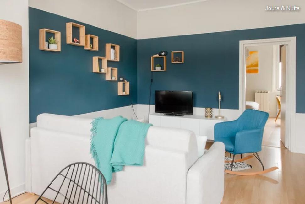 При помощи дивана осуществили зонирование. Он раскладывается, поэтому в квартире появилось дополнительное спальное место.