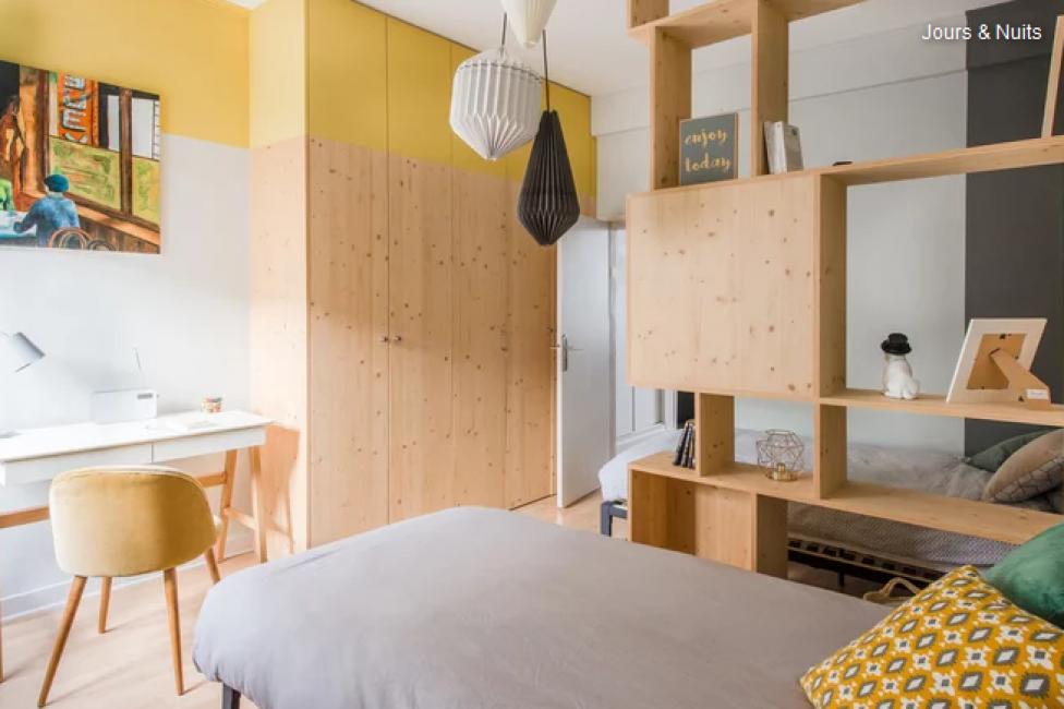 В комнате поставили две кровати для подростков, зонированные стеллажами для книг. Появилось рабочее место и вместительный шкаф у стены.