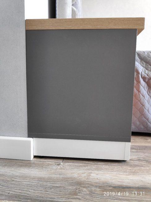 Плинтус и цоколь мебели сделали одной высоты. Таким образом, мебель органично вписалась в интерьер.