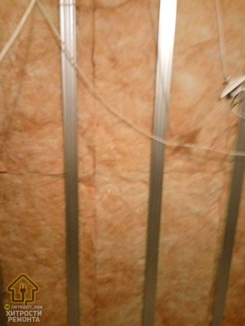 Так как в ванной комнате всегда повышенная влажность и существует большая вероятность протечки, то специалисты советуют устанавливать гидроизоляцию.