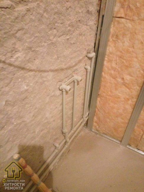 Если стены и пол неровные, то их необходимо выровнять. Для пола самым практичным вариантом будет наливной.