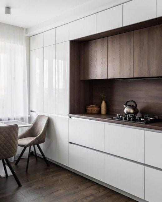 В новом интерьере все идеально сочетается и подходит друг к другу. Использовались белый цвет и натуральные оттенки (дерево, кофейный, бежевый).