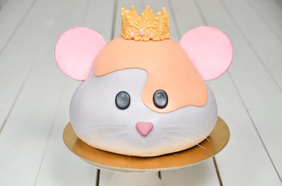 Можно сделать тортик в виде мышки - сложно, но красиво