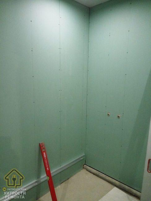 В этом случае мужчина на стены положил утеплитель. От него будет хорошая звукоизоляция, но возрастает риск появления грибка.