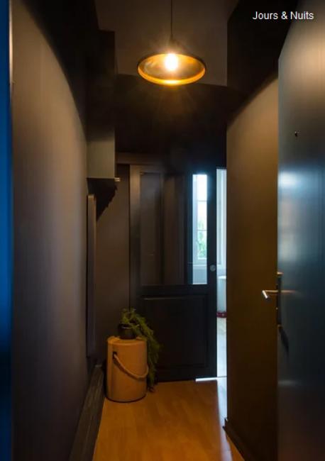 Перепланировку не устраивали, больший акцент был сделан на современный дизайн квартиры. Прихожую сделали практически черной. Ее освещает лишь одна потолочная люстра.