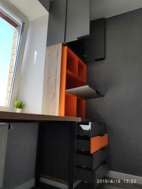 Справа от письменного стола поставили комод для вещей, открытые и закрытые полки, а также шкафчик.