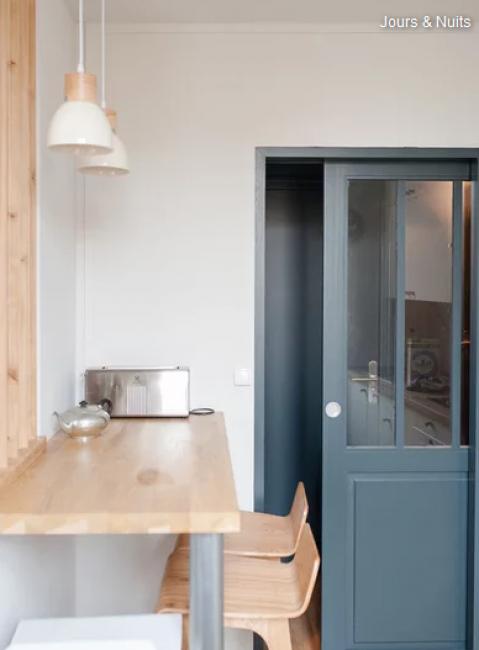 50 квадратных метров — не такая уж большая площадь. Поэтому пространство приходилось экономить. Одним из решений для этого стала раздвижная дверь на кухню.