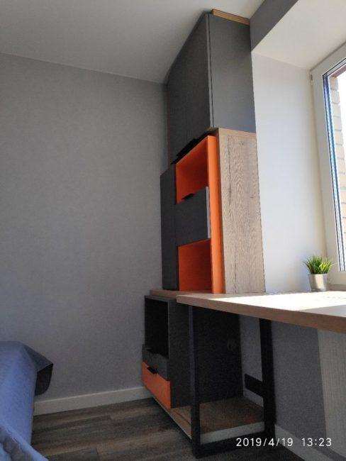 Слева также есть модуль для хранения личных вещей и книг. Теперь у ребенка в комнате легко поддерживать порядок, так как все необходимое можно спрятать от посторонних глаз.