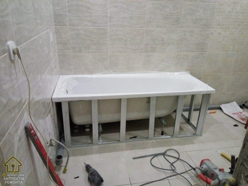 От душевой кабины решили отказаться в пользу ванной. В ней можно будет понежится после рабочего дня. Вокруг ванны мужчина сварил алюминиевый каркас.