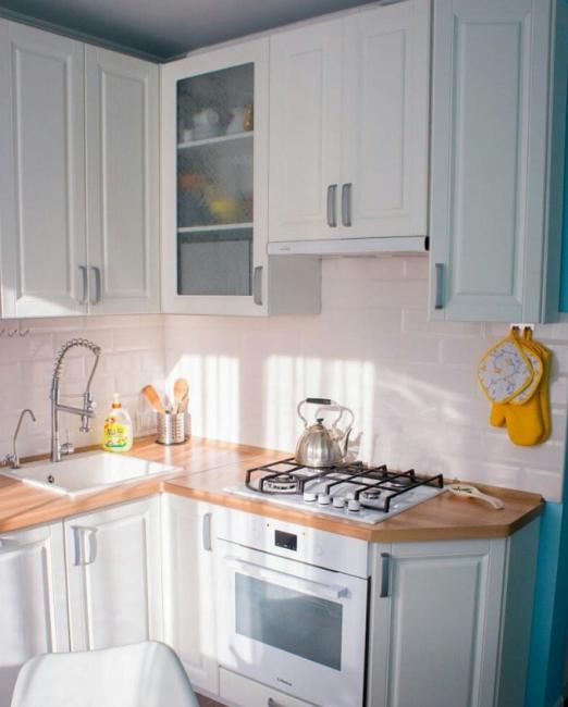 Варочная поверхность и духовой шкаф — белого цвета. Сейчас такие в интерьерах встречаются все реже. Больше популярны серые, стальные или черные варианты.