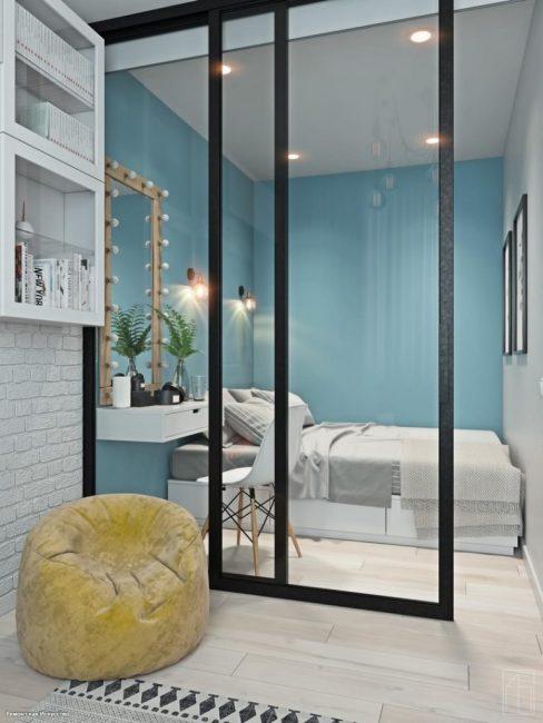 Спальня отделена раздвижными дверцами с прозрачным стеклом. Здесь есть двуспальная кровать, а также будуар с зеркалом с подсветкой.
