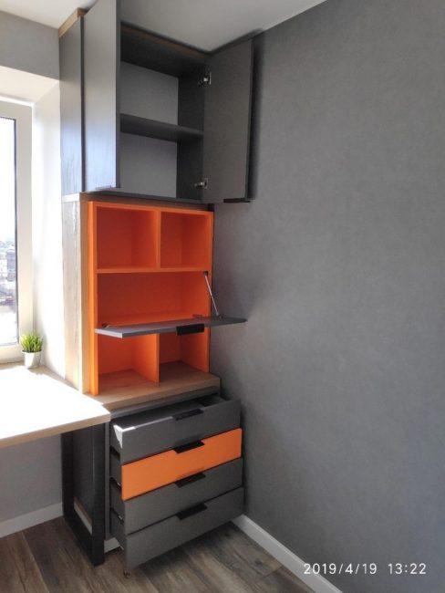 В комнате нет полноценного шкафа, его заменяет небольшой комод, в котором будут храниться вещи. Верхнюю одежду ребенок будет оставлять в прихожей.