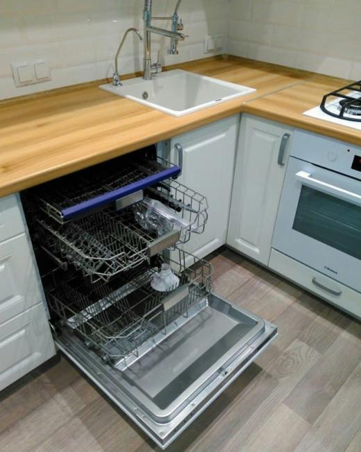 Для удобства хозяйки в кухонный гарнитур встроена функциональная посудомойка. Также, очень удобным можно назвать смеситель с гибким шлангом.