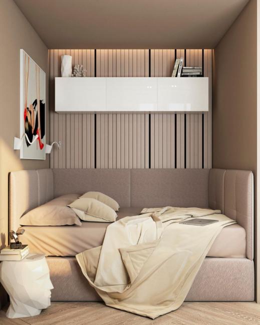 Спальня оформлена все в тех же бежевых тонах. На одну из стен наклеили оригинальные полосатые обои. Ярким акцентом служит смелая феминистическая картина.