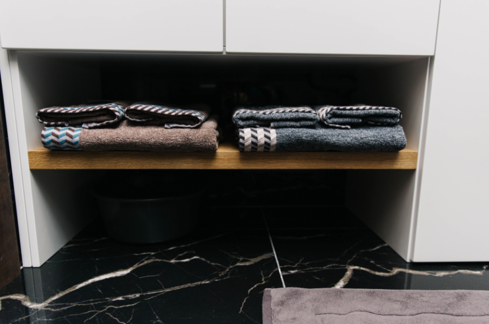 Также здесь есть полочка для банных полотенец. Стиль минимализм отлично сочетается с такими цветовыми решениями.