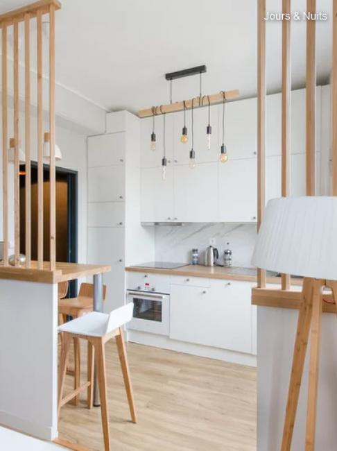 Новую кухню сделали по желания владельца в популярном скандинавском стиле. Вся мебель белого цвета с добавлением светлого дерева.