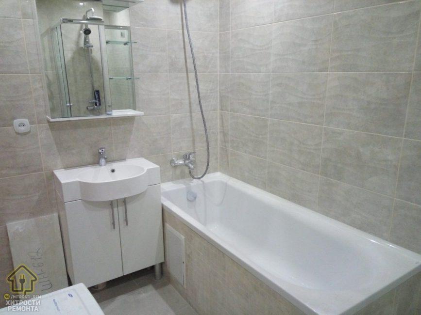 Ванная комната получилась максимально светлой, просторной и удобной. Возле ванны расположился белый рукомойник с тумбой и зеркало с полочками выше.