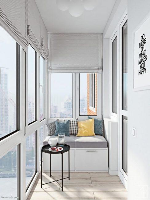 В другом конце балкона оборудовали зону для отдыха с небольшим столиком и банкеткой. Это очень кстати, ведь с балкона открывается шикарный вид из панорамных окон.