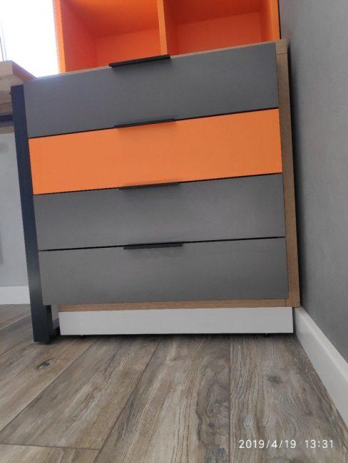 Вся мебель в комнате сделана в едином стиле и отлично сочетается между собой.
