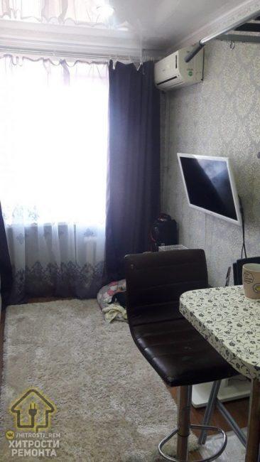 Напротив большого раскладного дивана повесили на пустую стену телевизор. Провод, к сожалению, убрать возможности не было. Также, на этой стене находится кондиционер, он расположен ближе к окну.
