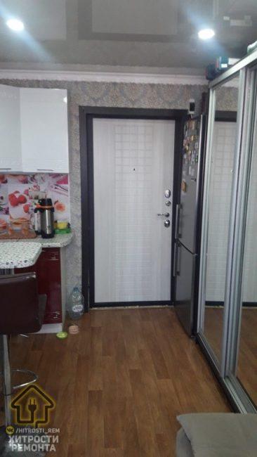 Так выглядит входная дверь в комнату. Слева от нее расположен холодильник. Это единственное место, куда его удалось разместить.