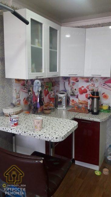 Удалось сделать и небольшую кухонную зону, которую соединили с обеденной. Сверху повесили навесные белые шкафчики, а нижние фасады — бардовые.