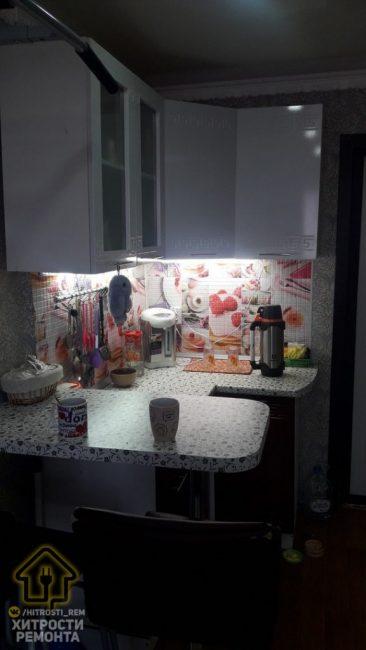 """Вечером на """"кухне"""" можно включить отдельный свет, который представляет собой подсветку, закрепленную под навесными шкафчиками кухонного гарнитура."""