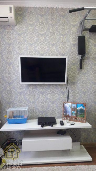 Справа от телевизора есть брусья, на которых можно подтягиваться в любое удобное время и поддерживать себя в отличной форме.