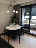 Холостяк сделал из старой квартиры брутальную черно-белую студию с балконом. Фото До/После