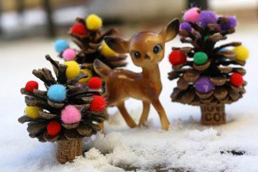 Поделки из еловых шишек (больших, крашенных) на Новый год (175+ Фото) Красивые игрушки к празднику!